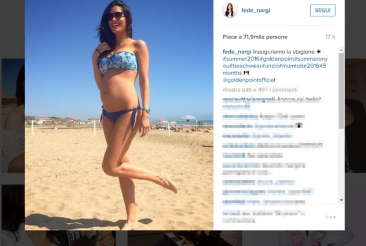 Federica Nargi già al mare in bikini col pancione, è lievitata