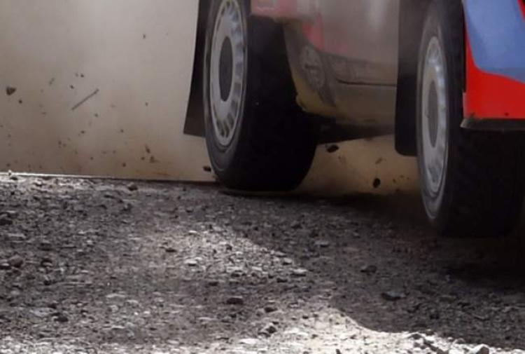 Auto sulla folla: un morto e otto feriti