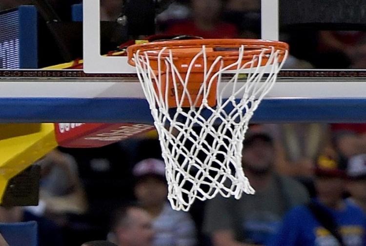Si accascia durante una partita di basket: grave un 16enne