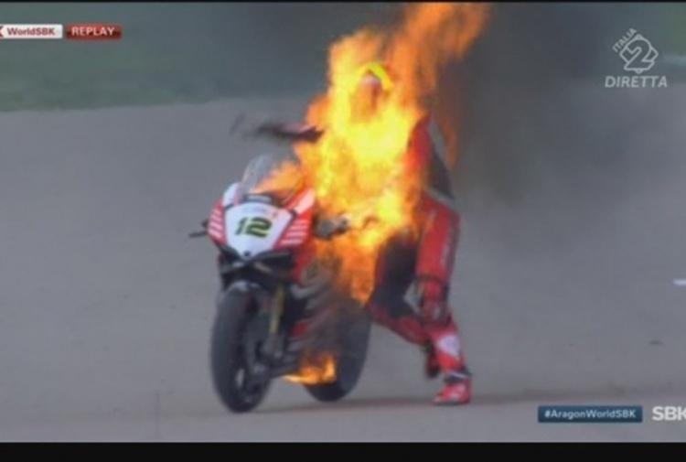 Superbike, Aragon: la moto di Fores va a fuoco!