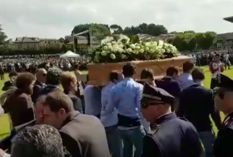 VIDEO Una grande folla ai funerali di Michele Scarponi