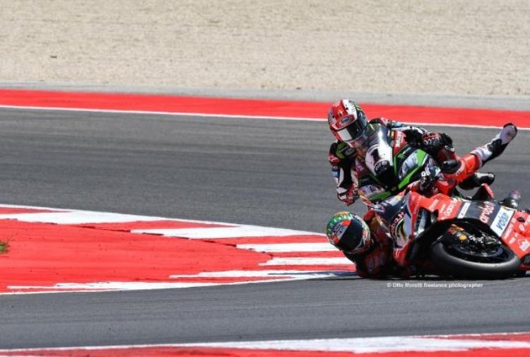 Superbike, Round San Marino: Gara 1 pazzesca. Sykes vince a Misano