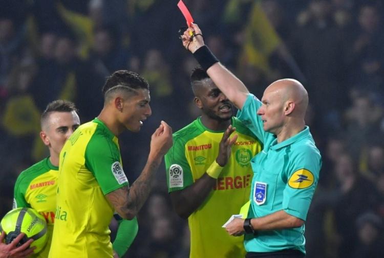 Gds, sospeso l'arbitro Chapron dopo lo sgambetto in Ligue 1