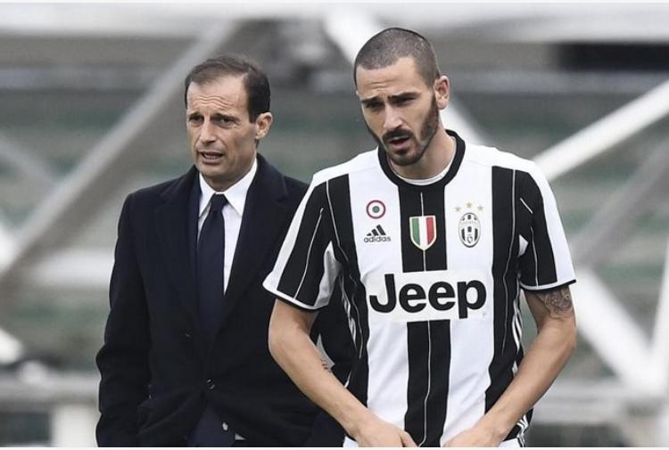 Bonucci esce dalla sede del Milan acclamato dai tifosi