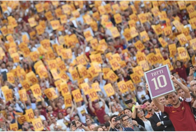 Buffon rende onore a Totti: